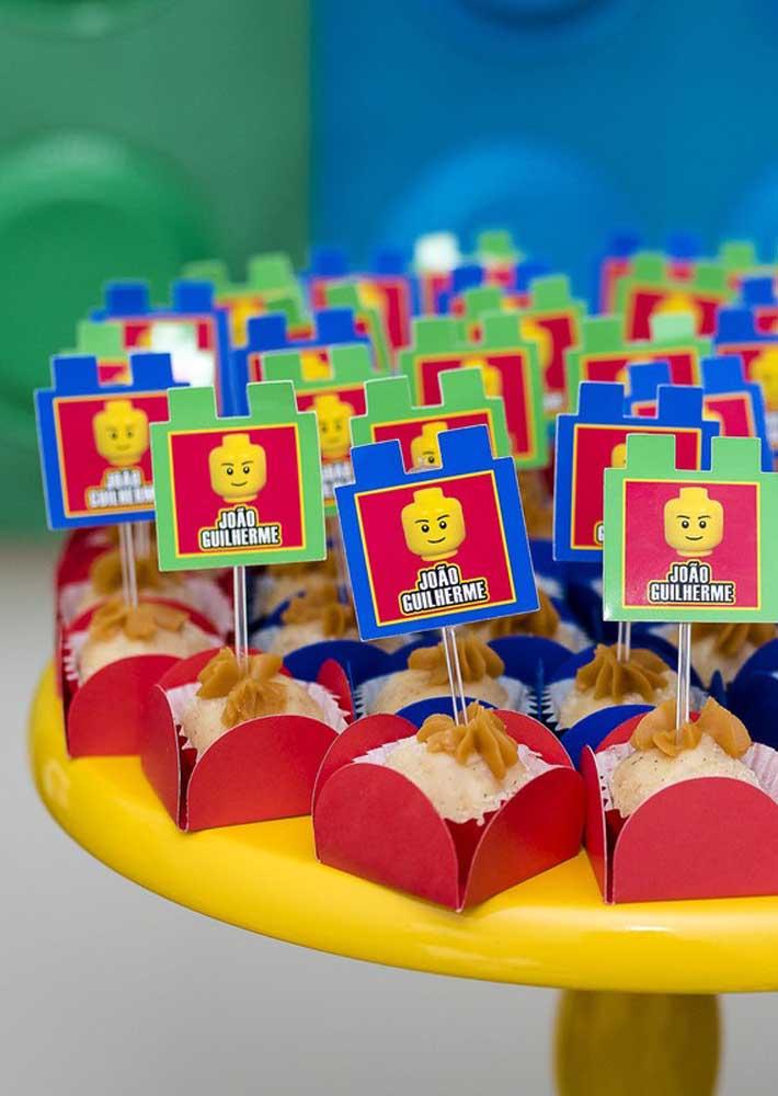 Cada docinho ganhou uma tag de minifigure com o nome do aniversariante