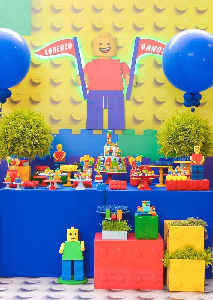Muita cor e alegria para decorar a mesa de bolo da Festa Lego