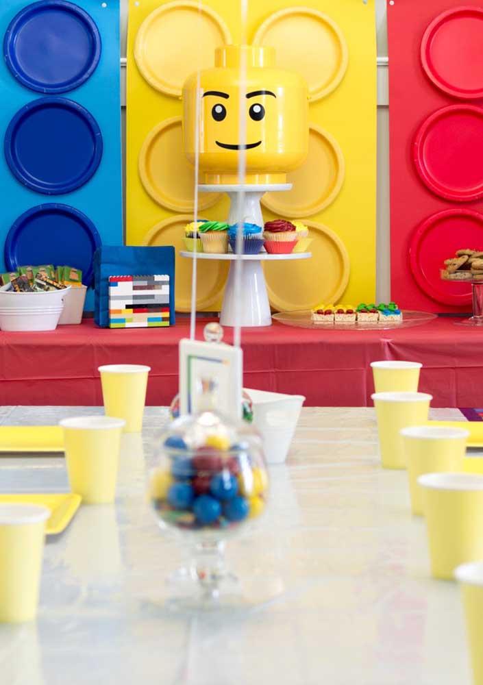 Festa Lego simples, mas de encher os olhos. O destaque fica por conta das peças gigantes que formam o painel