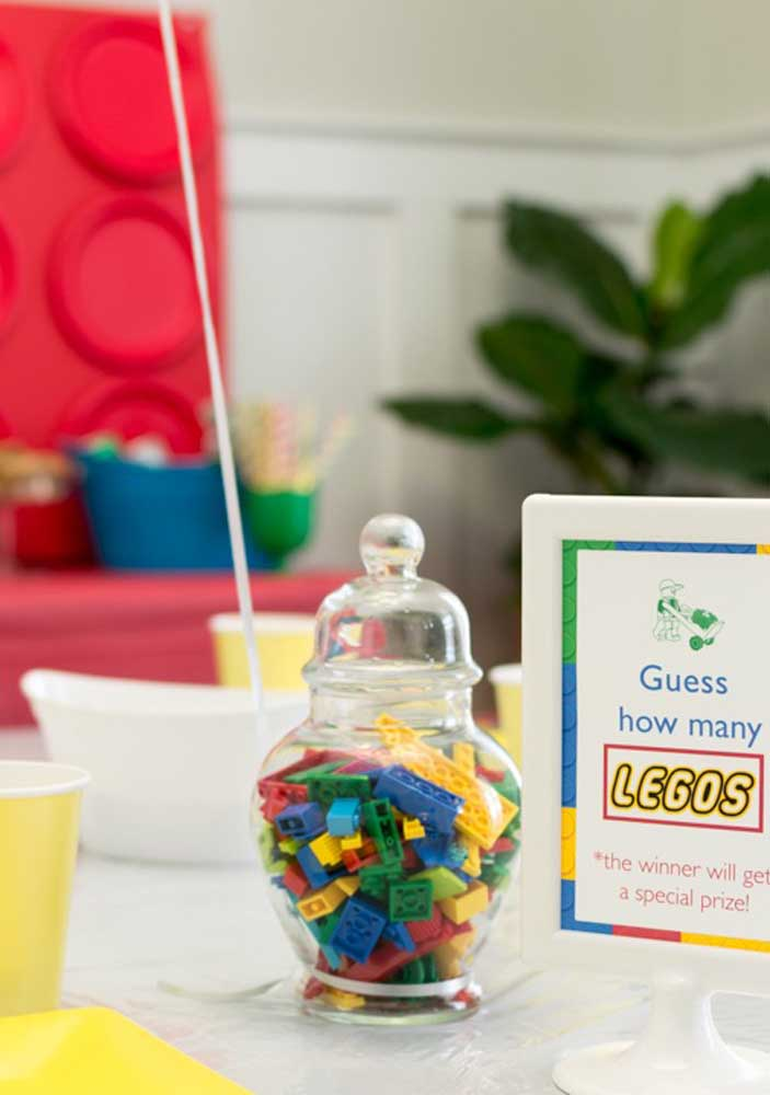 Um pote de vidro e várias pecinhas de Lego: está pronto o centro de mesa