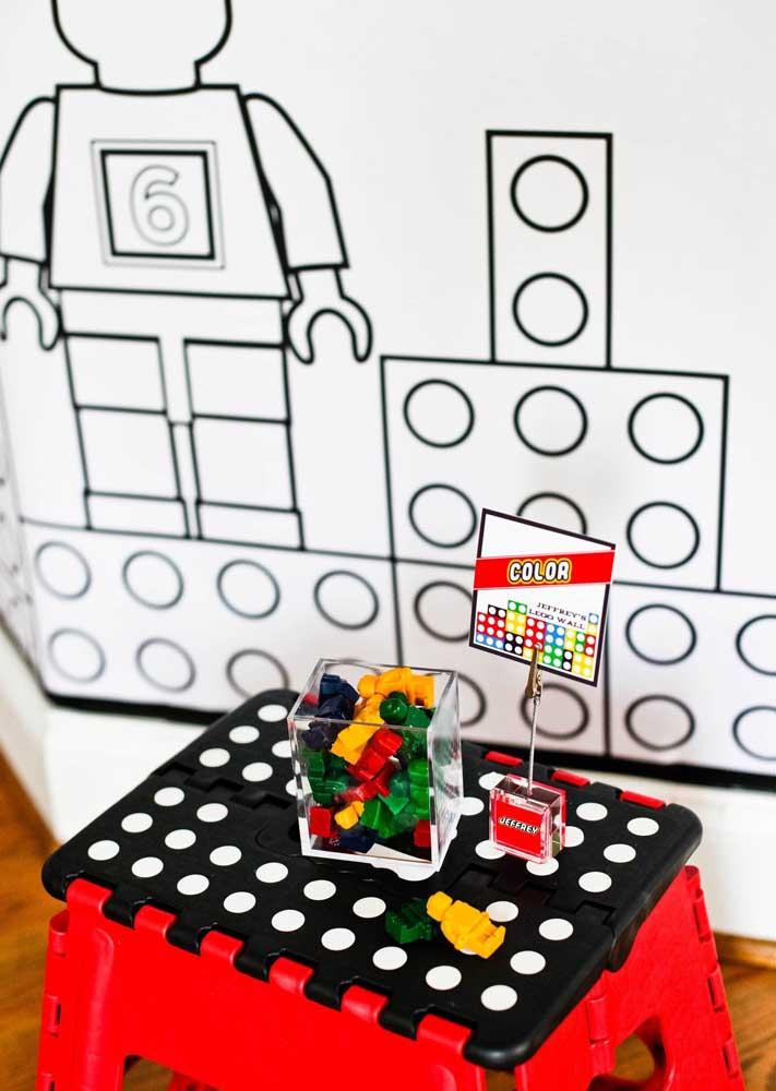 Espalhe pecinhas e minifigures Lego para as crianças brincarem durante a festa