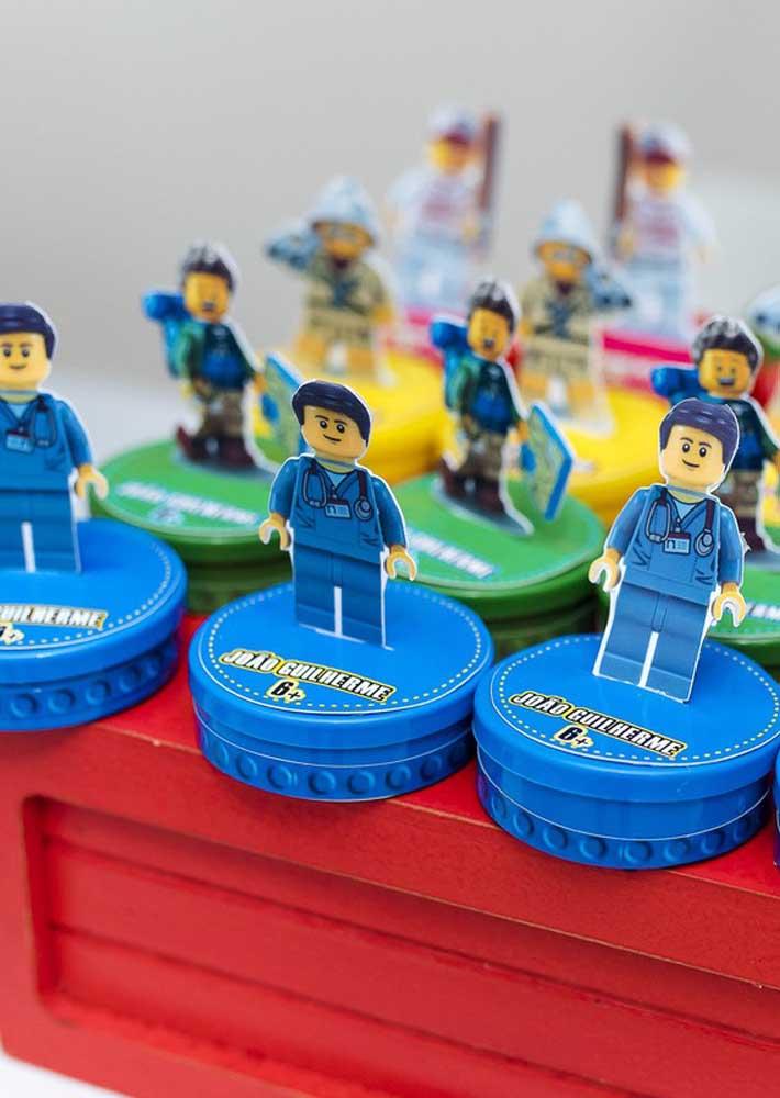 Minifigures nas lembrancinhas da festa Lego