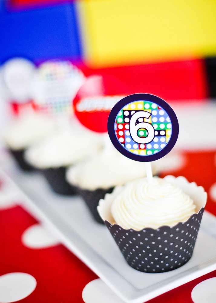 Os cupcakes da festa também receberam uma decoração personalizada com o tema Lego