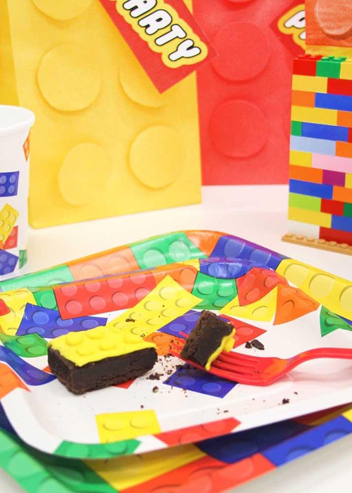 Um bolo simples de chocolate pode virar pecinhas de Lego