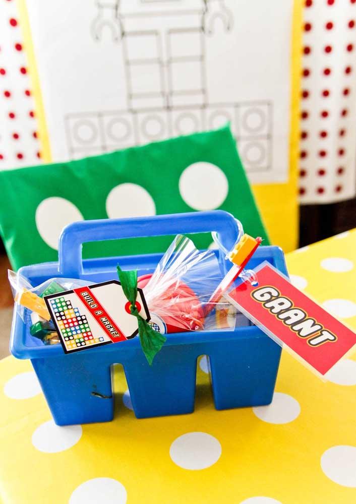 Lembrancinha criativa feita com forminhas de sorvete, doces e pecinhas Lego