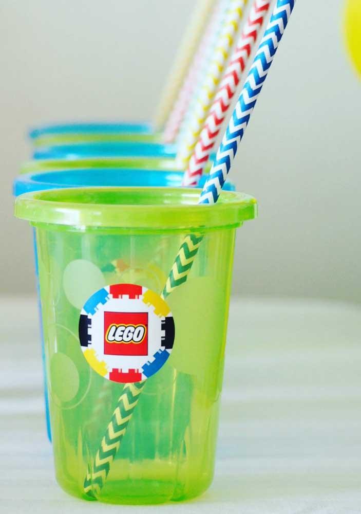 Pensa que não, mas até os copos podem ganhar personalização com o tema Lego