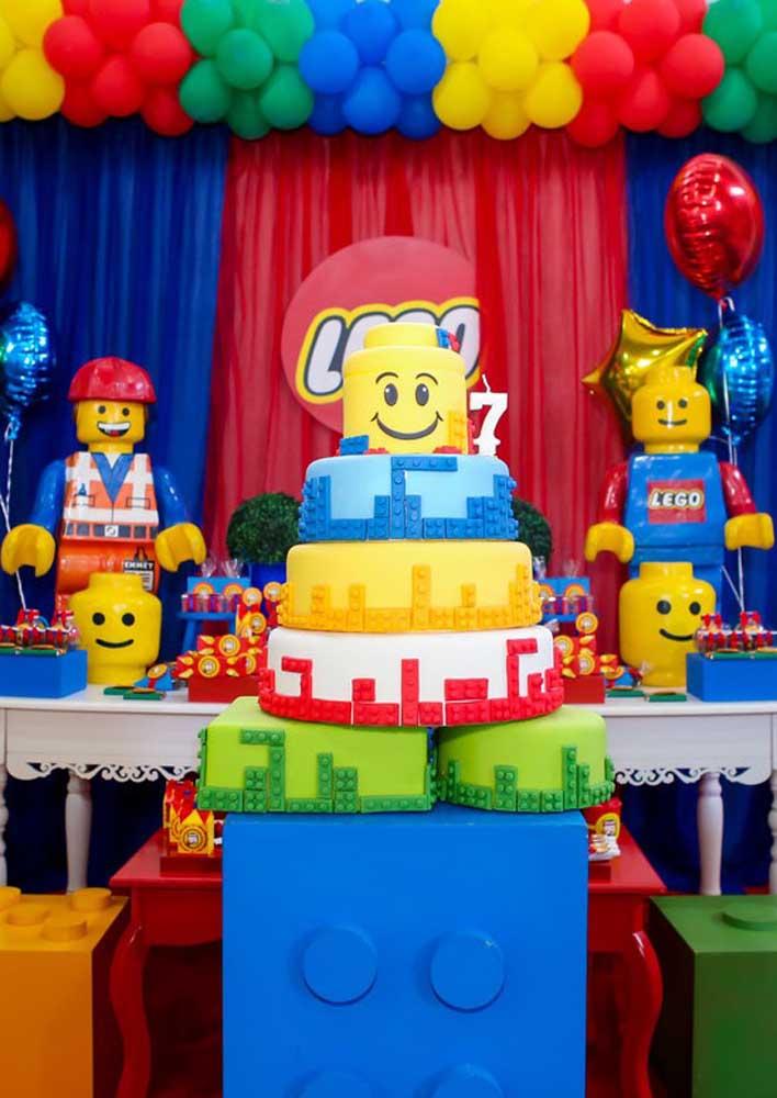 Bolo Lego de andares decorado com pasta americana