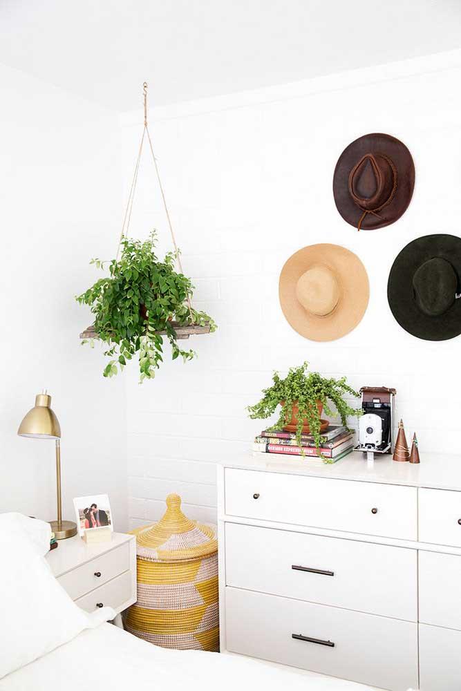 Plantas e chapéus para uma decoração de quarto feminino de estilo boho
