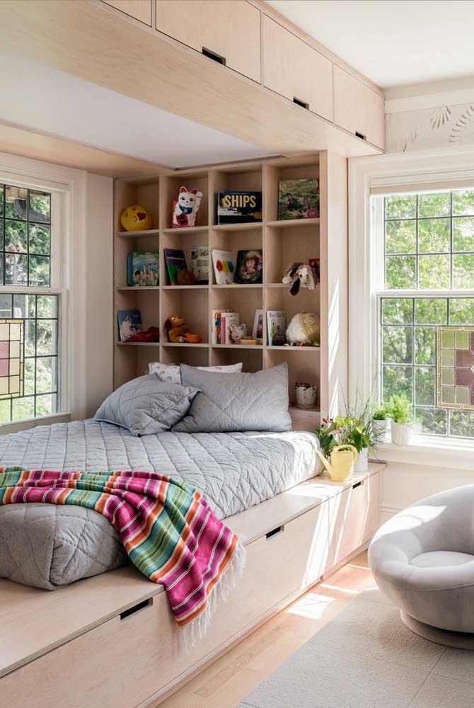 A marcenaria planejada também tem destaque por aqui. Repare que foi formada uma caixa em torno da cama, tornando o local super convidativo e aconchegante
