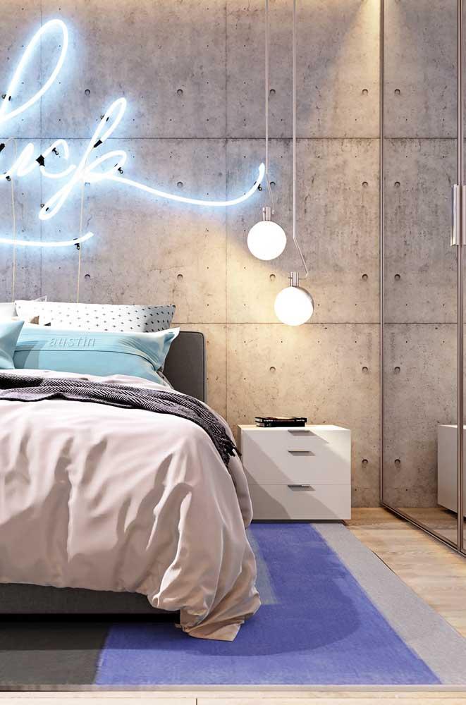 Que tal um letreiro de neon sobre a cama? Super moderno e charmoso!