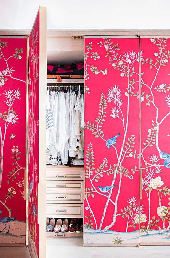 Para criar aquele super efeito na decoração aposte na personalização, incluindo o envelopamento do guarda roupa