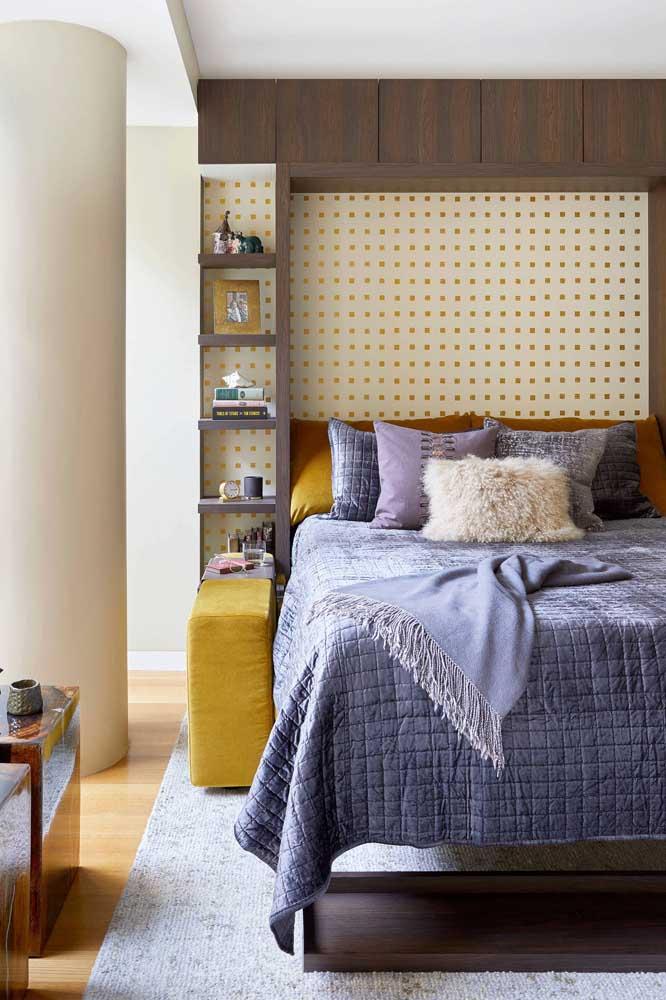 Quarto de solteiro feminino simples. Destaque para o tapete sob a cama trazendo ainda mais conforto para o ambiente