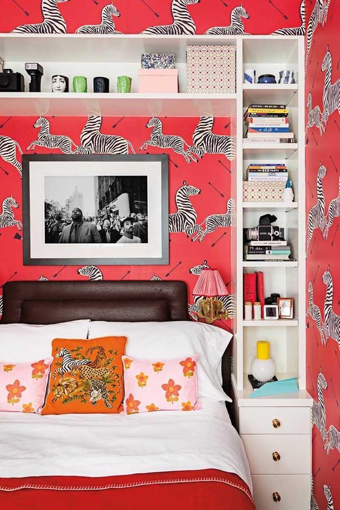 Papel de parede também está liberado na decoração do quarto de solteiro feminino. Se tiver ousadia suficiente, pode apostar em um modelo como esse da imagem