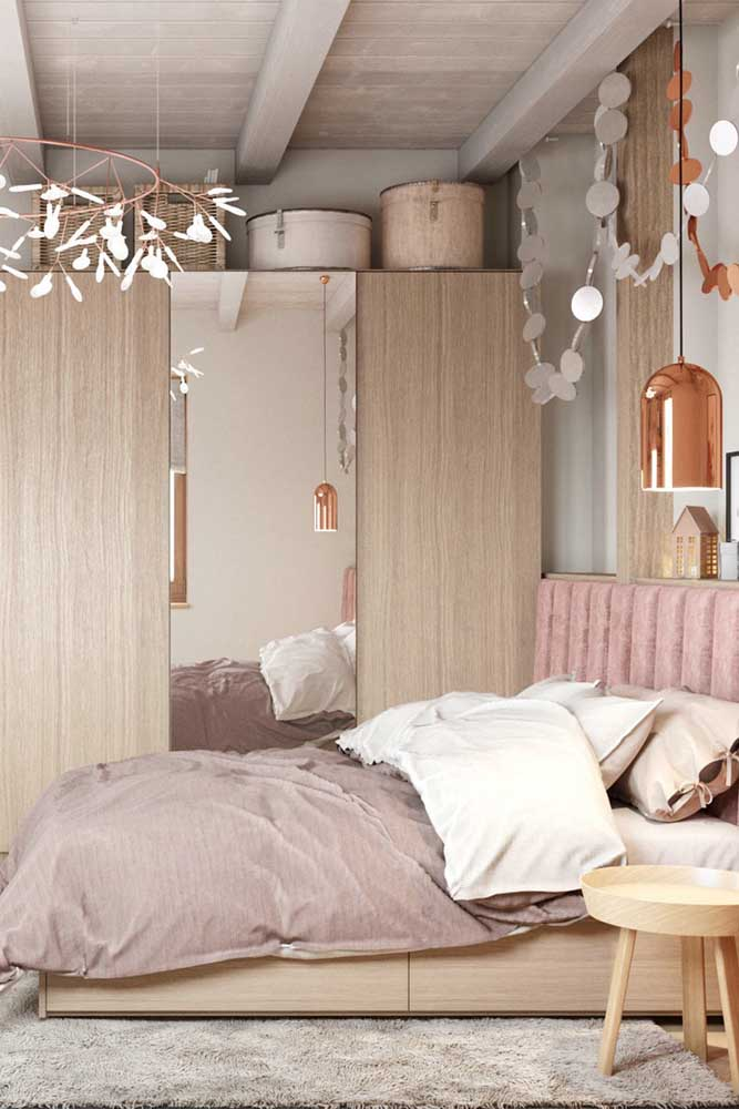 A textura amadeirada é perfeita para trazer conforto para o quarto feminino