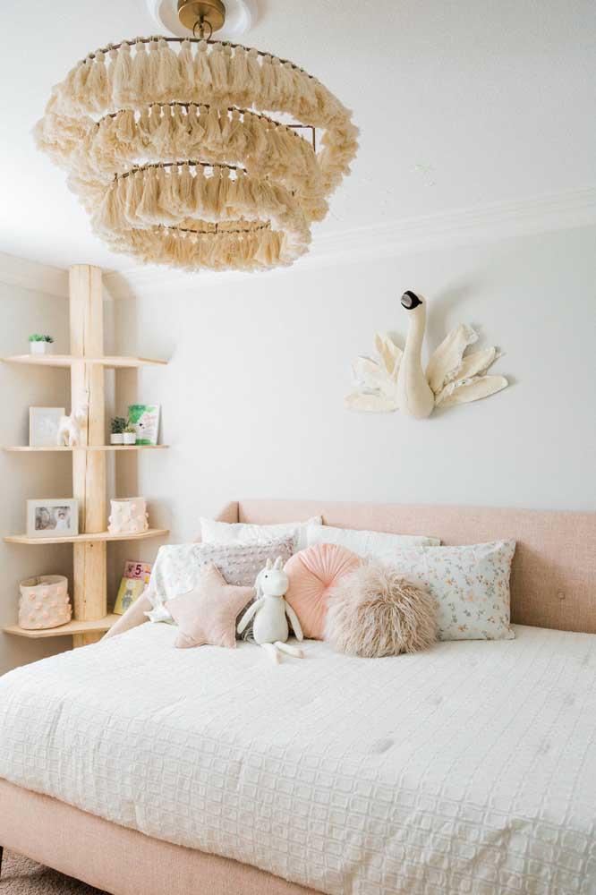 Delicadeza, romantismo e um toque boho para essa decoração de quarto de solteiro feminino