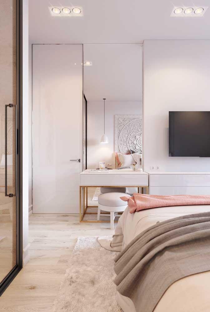 Moderno e elegante, esse quarto de solteiro feminino apostou em uma paleta neutra, clara e com detalhes metalizados