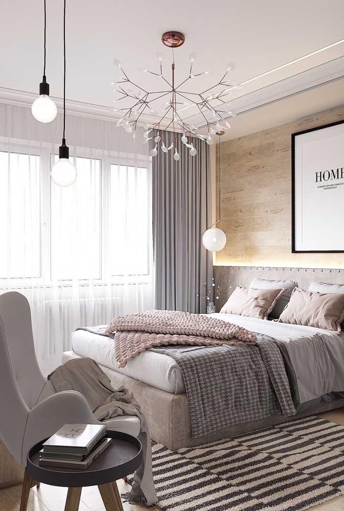 Nesse quarto feminino, o projeto de iluminação é reforçado pela fita de LED na cabeceira da cama e pelas luminárias pendentes