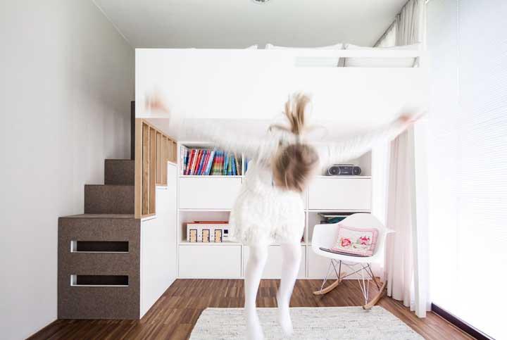 Nesse quarto de solteiro feminino, o mobiliário foi resolvido em uma única parede deixando o restante do ambiente livre