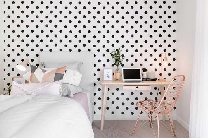 Estampa de poá e rosé gold complementam essa decoração de quarto de solteiro feminino escandinavo
