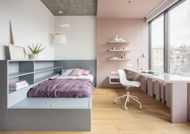 O quarto e o home office ficaram completamente divididos visualmente graças as cores usadas no projeto