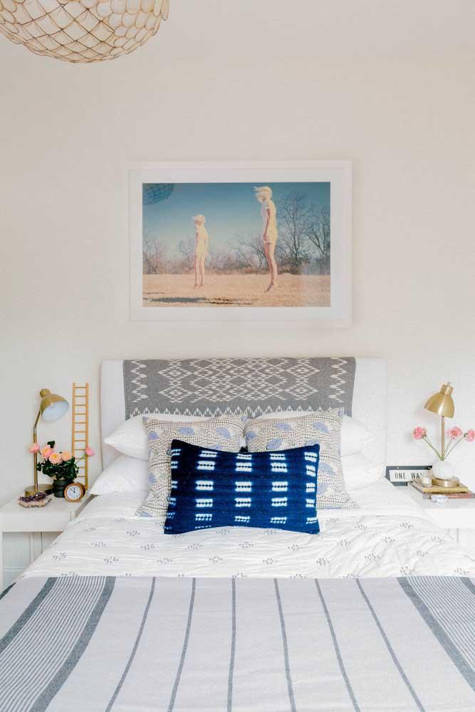 Quarto de solteiro feminino pequeno e simples, com destaque para a roupa de cama que fez toda diferença no projeto