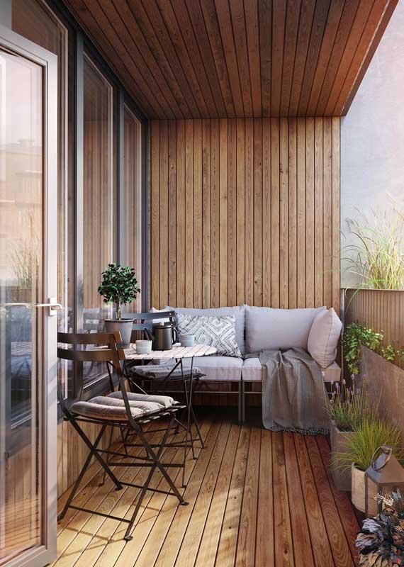 Sofá de alumínio para a varanda de apartamento. Destaque para o contraste entre a madeira e o alumínio