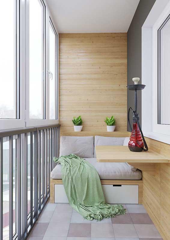 Sofá de madeira planejado para a varanda de apartamento pequeno. Projeto sob medida para quem deseja unir conforto com funcionalidade
