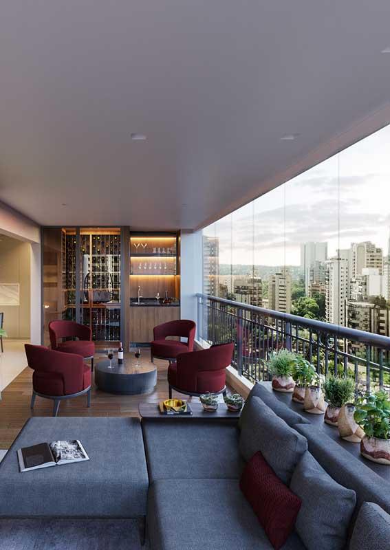 A varanda fechada de apartamento permite o uso de um sofá comum, como aqueles usados na área interna da casa