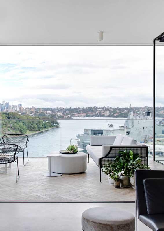 Clean e moderno, esse outro modelo de sofá para varanda apostou no branco para se destacar