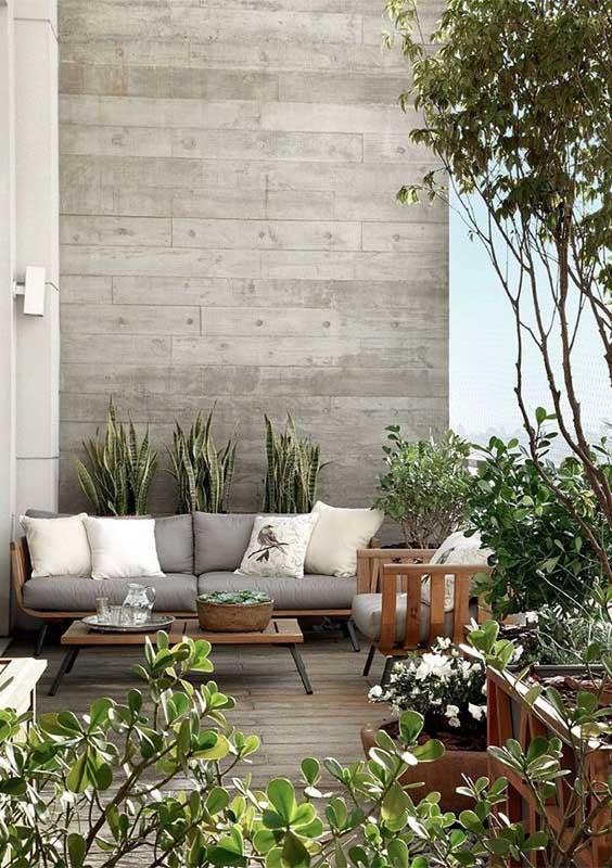 Já no outro canto da mesma varanda, um sofá cama para quem deseja viver momentos máximos de relaxamento