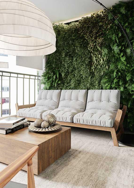 Aqui, o jardim vertical coloca em evidência o sofá de tom neutro