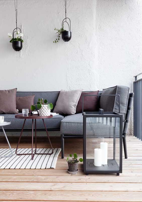 Sofá cinza para varanda: a cor perfeita para não transparecer manchas e outras sujidades