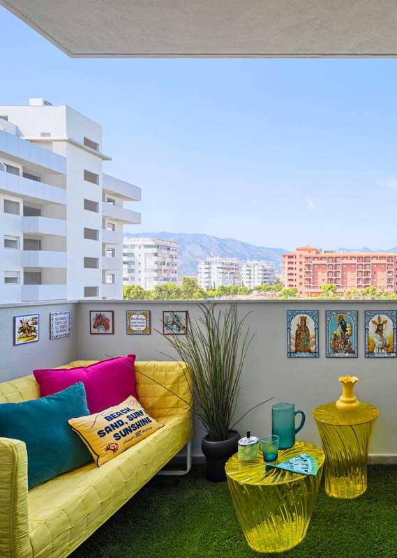 Que tal um sofá amarelão para sua varanda?
