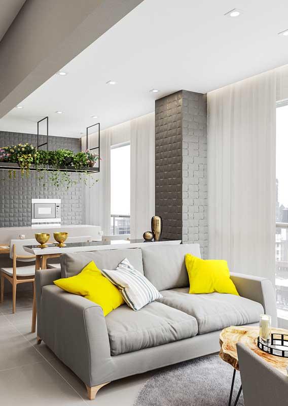 Para a varanda integrada com a área interna da casa, a dica é apostar em um sofá que converse com toda a decoração