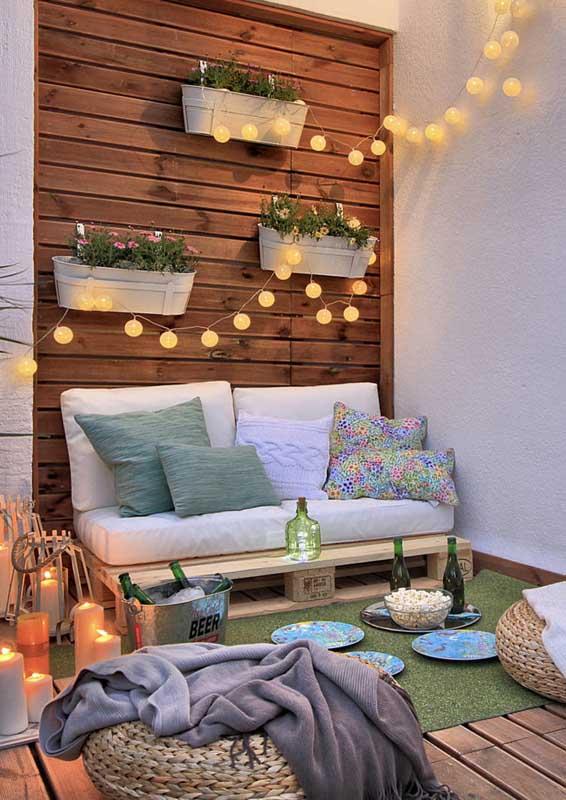Sofá de pallet para varanda: naturalmente rústica e aconchegante