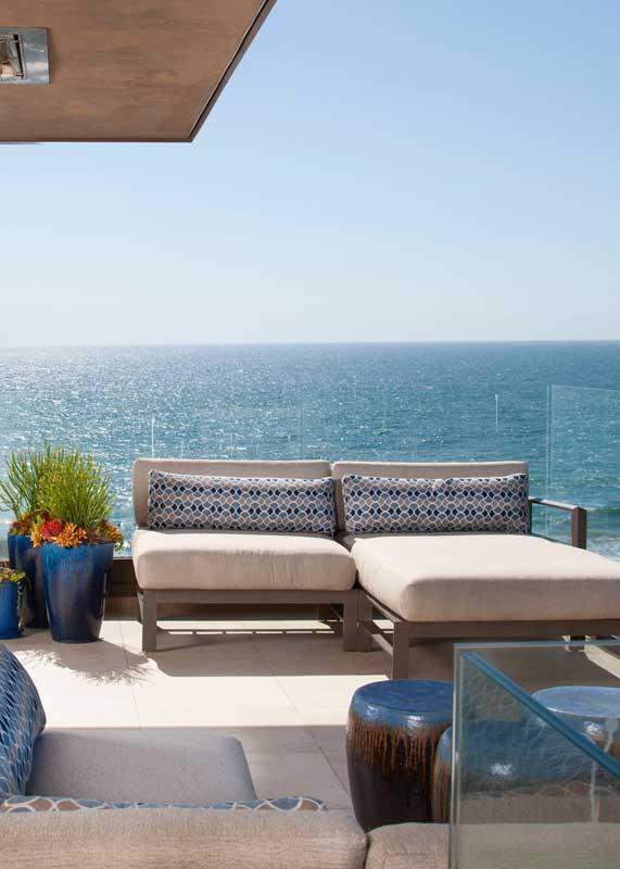 Nada mais justo do que um belo e confortável sofá para apreciar a vista do mar