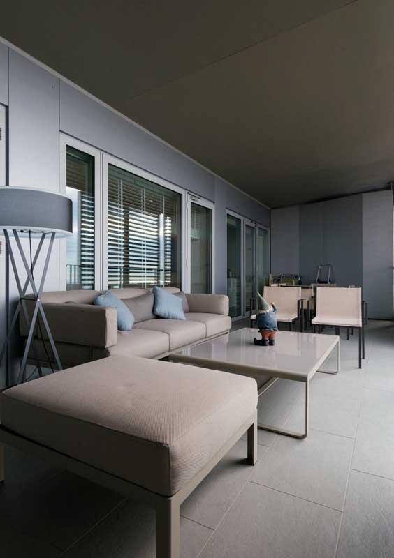 Sofá para varanda em tom neutro para valorizar o estilo elegante da decoração