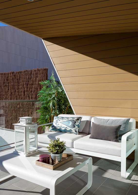 Sofá branco para varanda banhada pelo sol