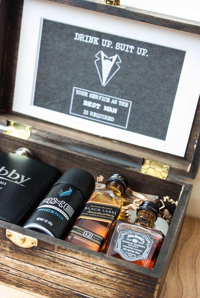 Convite para padrinhos de casamento. A ideia aqui é oferecer uma caixinha rústica de madeira com bebidas e itens de higiene pessoal