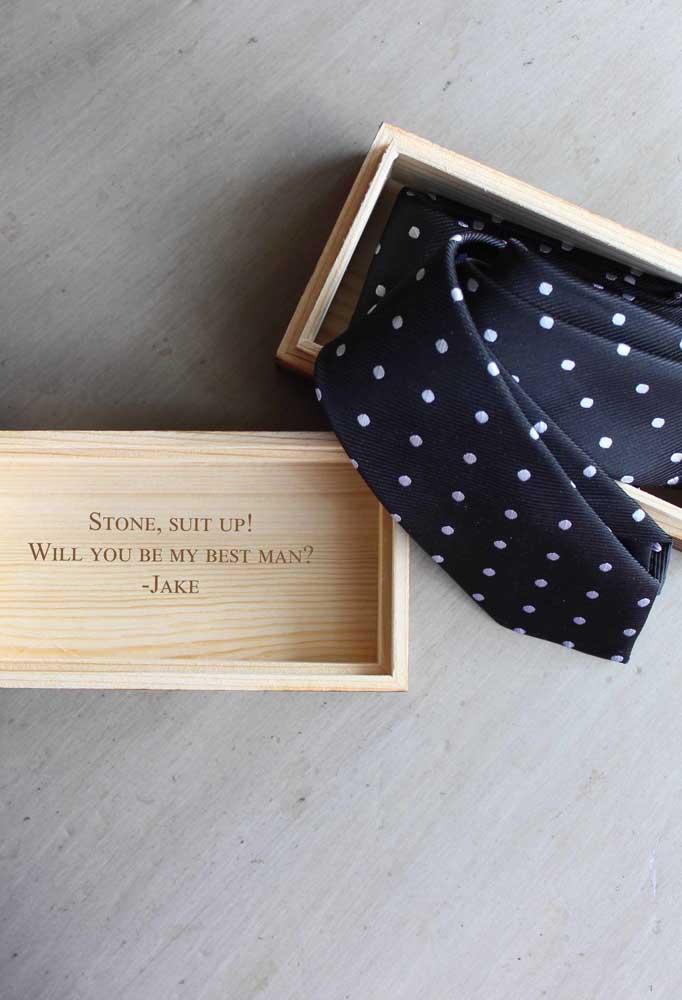 Ofereça a gravata para o dia do casamento junto com o convite