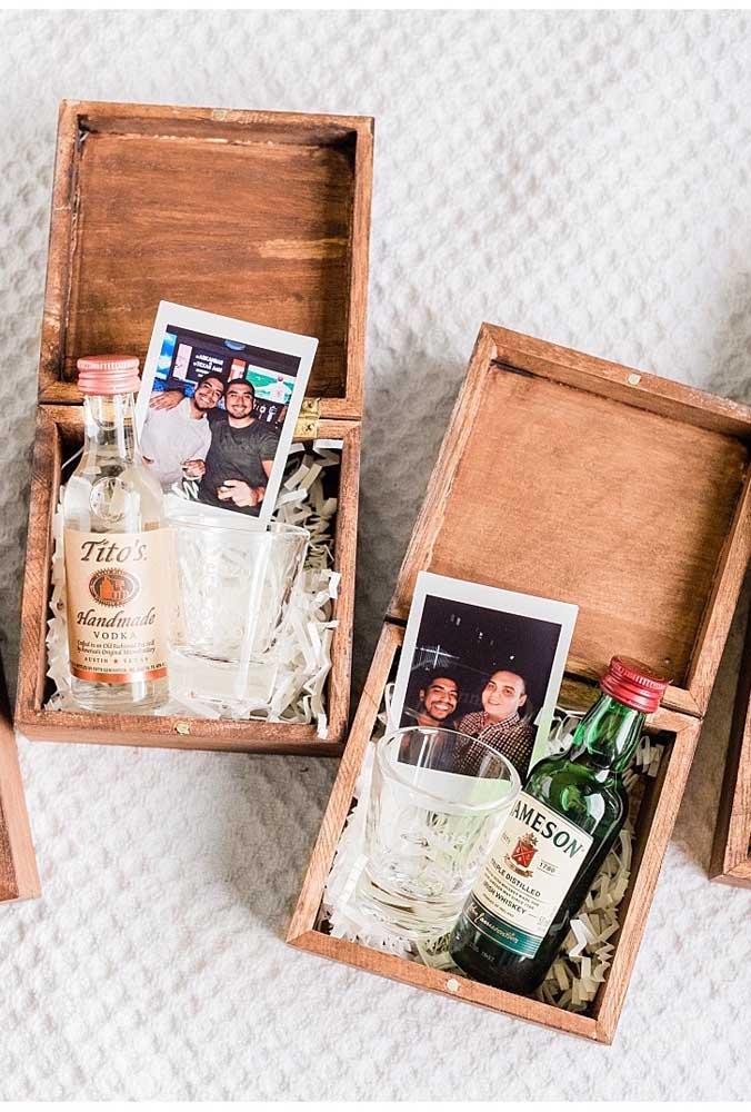 Que tal uma foto do noivo com o padrinho para deixar o convite ainda mais legal?