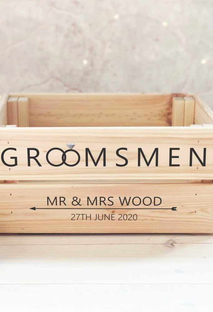 Uma caixinha simples de madeira pode se tornar o convite para padrinho ideal