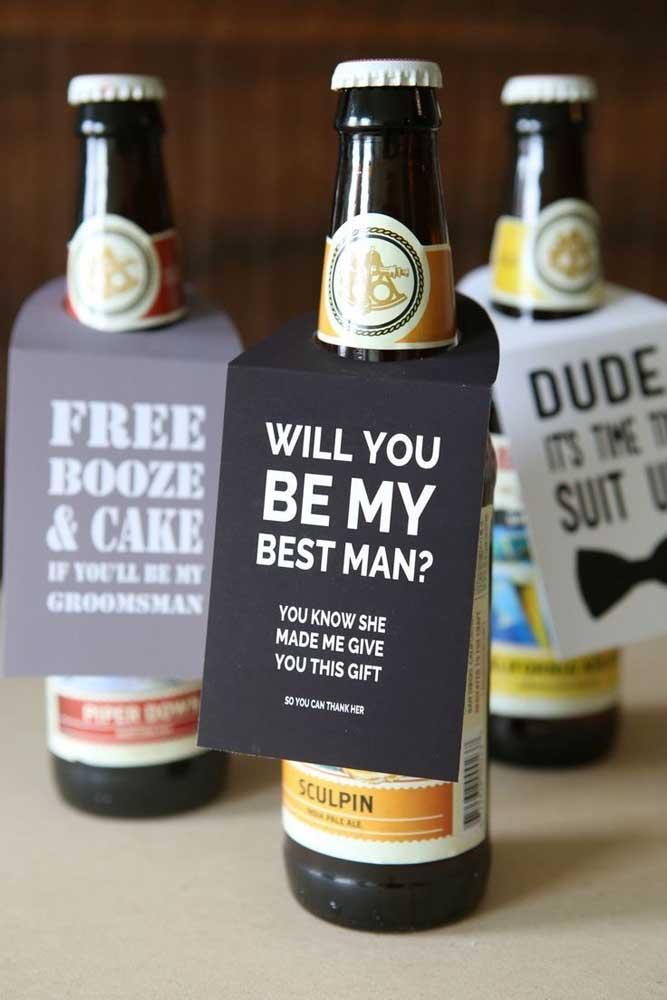 """Já nessa outra ideia, o convite vem """"anexado"""" com a garrafa de cerveja"""