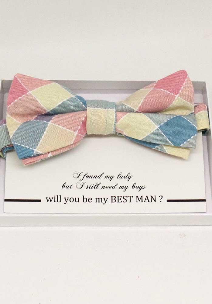Já aqui nesse convite, ao invés da tradicional gravata, foi oferecido laço borboleta para os padrinhos