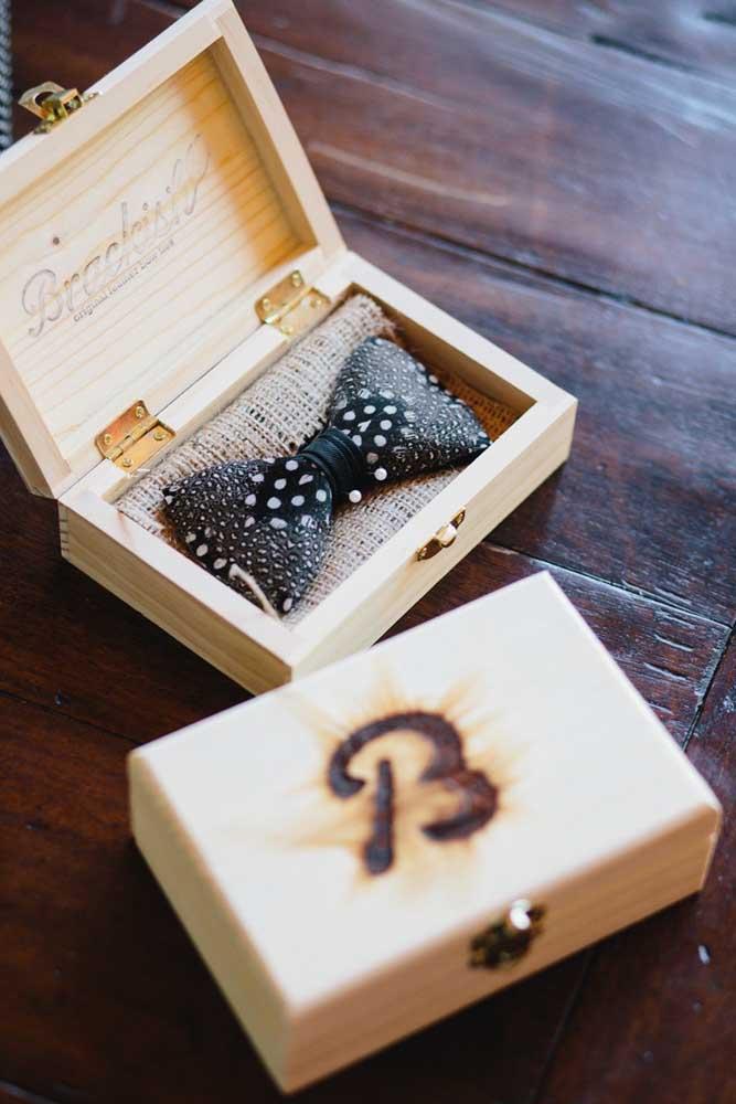 A caixinha de madeira personalizada garantiu um toque rústico ao convite para padrinho de casamento