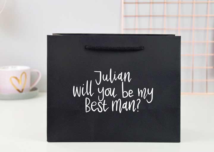 Ao invés de caixa, use uma sacola como convite para os padrinhos