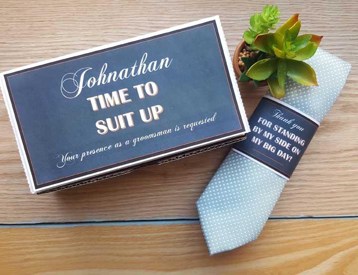 O vasinho de suculenta traz um charme ainda maior para esse convite para padrinho de casamento