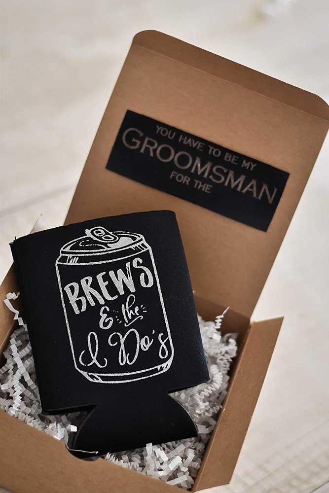 Convite para padrinho de casamento simples feito na caixinha de papelão