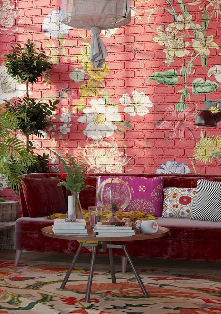 Colorida e alegre, essa sala de estar apostou em uma parede vermelha com flores para se diferenciar