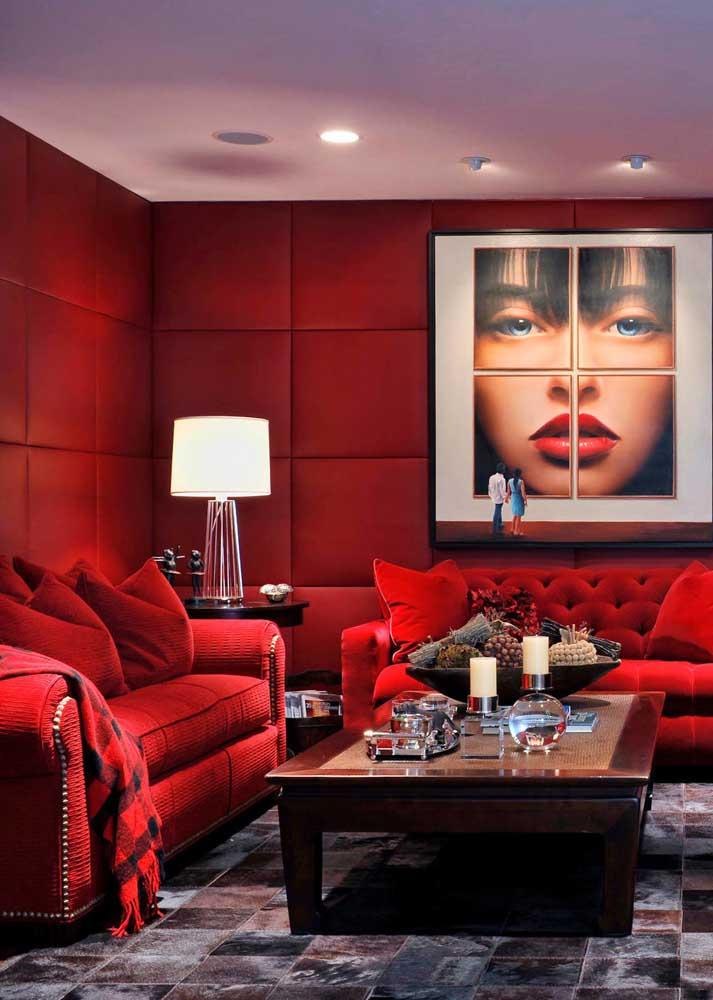Sala vermelha luxuosa, sofisticada e que não pesa visualmente no ambiente